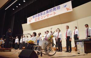 「平和の旅へ」を披露する合唱団員=神埼市の市中央公民館ホール