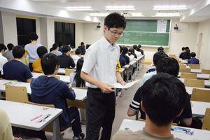 大卒者らを対象とした県職員採用の第1次試験。373人が教養と専門知識の筆記試験に挑んだ=佐賀市の佐賀大本庄キャンパス