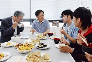 韓国と中国の料理を味わい語り合う留学生や市民ら=佐賀市の西九州大グループ健康支援センター