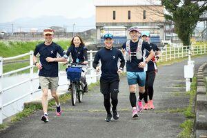 「さが桜マラソン」のコース一帯を自主的に走り、笑顔を見せるランナー=佐賀市金立町