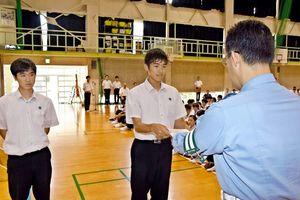 自転車マナーアップモデル校の指定書を受け取る生徒会長の北川雄貴さん=鳥栖市の鳥栖高
