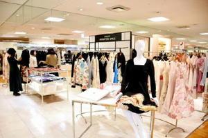 鶴や花柄をあしらった華やかな洋服が並ぶ店頭=19日、福岡市の福岡三越