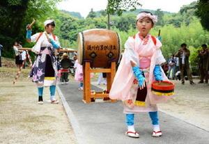 伝統衣装に身を包み、浮立を披露する地区の子ども=唐津市後川内の大山?神社