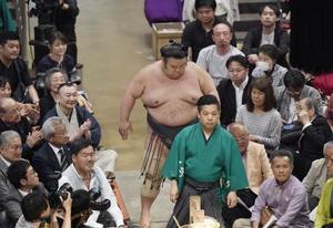 碧山にはたき込みで敗れ、支度部屋へ引き揚げる大関貴景勝=19日、東京・両国国技館