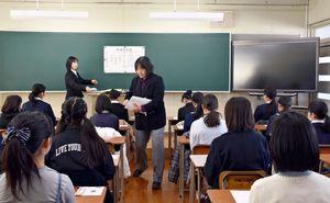 適性検査の問題用紙が配布され、開始時間を待つ児童たち=佐賀市の致遠館中学校