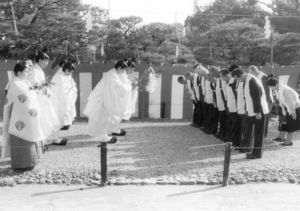 天皇陛下の即位を祭神に報告する「当日祭」の儀式=平成2年11月12日、佐賀市の佐嘉神社