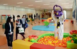 広々としたスペースのキッズルームが設けられた唐津市子育て支援センター=唐津市東城内