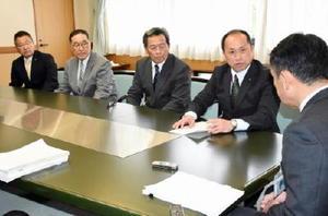玄海原発再稼働について唐津市議会の申し入れ書を峰達郎市長(右)に提出する田中秀和議長(右から2人目)ら=唐津市役所