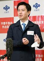 取材に応じる大阪府の吉村洋文知事=4日午後、大阪府庁