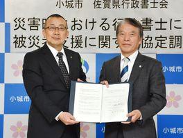 災害時の被災者支援に関する協定を結んだ江里口秀次市長(左)と佐賀県行政書士会の赤司久人会長=小城市役所