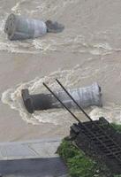 大分県日田市の花月川に架かる、JR九州の久大線の橋梁が流された現場=6日午前11時11分(共同通信社ヘリから)
