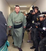 日本相撲協会審判部に入る横綱白鵬関=23日午後、福岡市の福岡国際センター