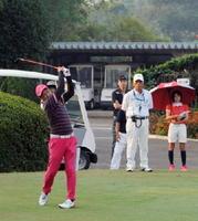 頂点を目指し、熱戦を繰り広げる男子一般の部の選手たち=武雄市の武雄ゴルフ倶楽部