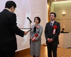 山口祥義知事(左)から表彰状を受け取る先進的経営者の部最優秀賞に輝いた前田勇人さん、清美さん夫妻=佐賀市のグランデはがくれ