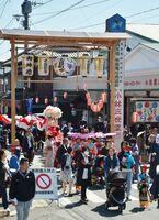 おのぼりで櫛田宮を目指す「みゆき大祭」の行列=神埼市神埼町