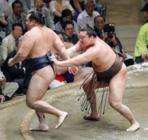 白鵬(右)が送り出しで鶴竜を破り、全勝優勝を決める=両国国技館