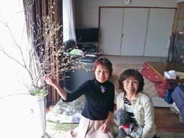 フラワーデザイン教室を主宰している原ミツヨさん(左)