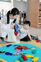 布のおもちゃで遊ぶ親子=佐賀市産業振興会館