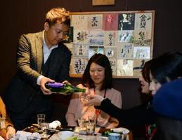 七田社長からお酒を注いでもらい、さらにお酒についての話で盛り上がる参加者=佐賀市の旬の蔵パセリ