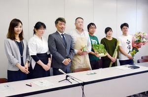 佐賀に関する五つのクラウドファンディングを起案したことを発表する板越さん(左から3人目)ら=県庁