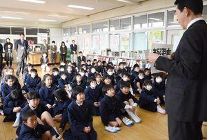 江頭一寛校長の話を聞く児童たち=佐賀市の中川副小学校