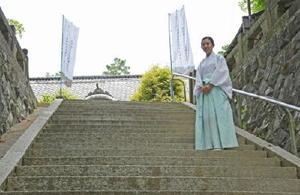 参道から本殿に続く97段の階段を、地域の人たちの願いや思いを書いた灯ろうで飾る企画を進めている佐藤さん=大町町の福母八幡宮
