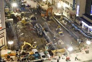 下水道の配管作業が進むJR博多駅前の道路陥没事故現場=12日午後5時32分