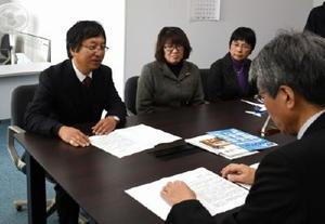 提出した要望書の説明をする佐賀ボイスの佐藤武理事長(左)=佐賀県庁