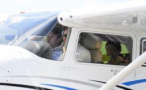 セスナ機に搭乗し機内の様子を撮影する生徒ら=佐賀市の佐賀空港