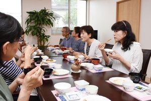 食事をしながら介護の悩みなどを語り合う参加者=みやき町の住宅型有料老人ホーム「さくら坂」