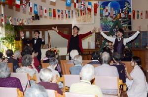 「ふるさと」で美しい声を響かせるバリトン歌手・吉武大地さん(中央)ら=白石町の「桜の園」