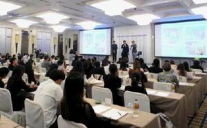 佐賀県の観光説明に耳を傾ける参加者=タイ・バンコク(県観光連盟提供)