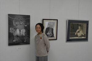 細密な描写の鉛筆画展を開いている馬場﨑明子さん=佐賀市のキシカワ文画堂