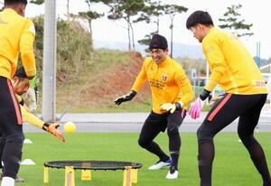 沖縄県金武町でのキャンプを本格的にスタートさせ、練習に励むJ1浦和のGK西川(右から2人目)((C)URAWA REDS)