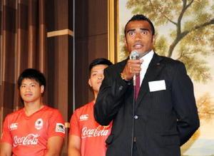 コカ・コーラレッドスパークスの激励会で、力強く抱負を語る副島亀里ララボウラティアナラ選手(右)=福岡市のハイアット・リージェンシー・福岡