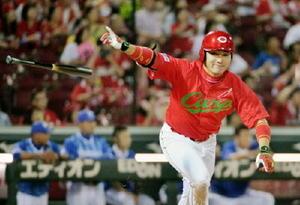 10回広島1死満塁、丸が中前にサヨナラ打を放つ=マツダ