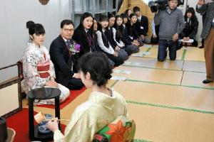 高志館の生徒がたてるお茶に興味津々の韓国の生徒ら=佐賀市の高志館高校