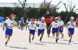 タグラグビーを楽しむ児童たち=神埼市の千代田西部小