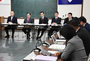 次期ごみ処理施設に関し、橋本康志市長(左端)も出席して説明があった鳥栖市議会全員協議会=市役所