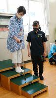 生徒と一緒につえの種類による歩きやすさを体感する民生委員=神埼市の神埼清明高