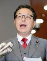 北海道の電力不足に対する当面の対応について説明する世耕経産相=14日午後、経産省