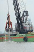 漁港付近に堆積した土砂をすくい上げるしゅんせつ船=12日午前、佐賀市川副町の戸ケ里漁港