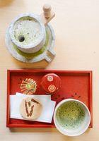 体験する焼き菓子と抹茶、子ども用の石臼