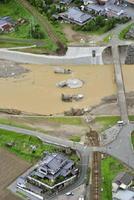 大分県日田市の花月川に架かる鉄橋が豪雨の影響で流失し、鉄路が寸断したJR久大線=10日午後(共同通信社ヘリから)