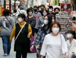 大阪・新世界を行き交うマスク姿の人たち=4日午後