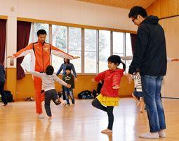 体を使った遊びを楽しむ親子=伊万里市の立花公民館