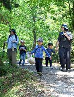 自然を眺めながら、会場を歩いて巡る子どもたち=佐賀市三瀬村