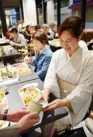 中里太郎右衛門陶房の酒器で地酒「太閤」と「ひら田」の料理を楽しむ=KARAE
