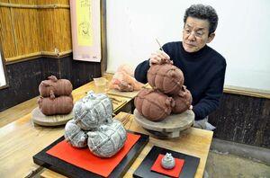 「子」の置物作りに取り組む中野霓林さん=唐津市町田の中野窯