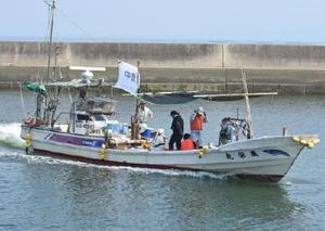 コノシロ漁に与える影響の調査を終えて帰港する船=太良町の竹崎漁港